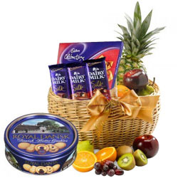 Yummy Chocolates Gift Hamper with Fresh Fruits N Cookies